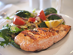 Photo: A salmon fillet and a salad on a plate. Link to photo information