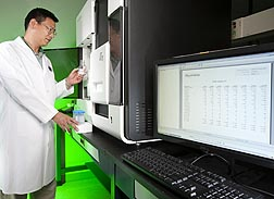 Photo: Principal investigator Jin-Ran Chen uses a DNA sequencer. Link to photo information