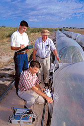 Scientists measure soil CO² emissions in the CO²-gradient tunnel systems.