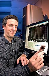 El genetista Gary Rohrer tiene en su mano un chip de computadora. Enlace a la información en inglés sobre la foto